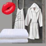 Stemningsbillede i bademiljø med morgenkaabe i hvid og graa fra finehome