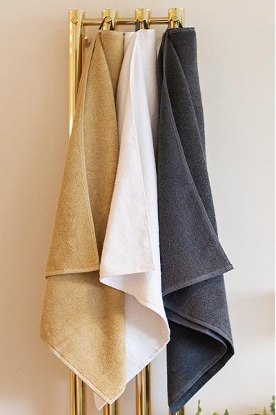 Badehåndklæder Organic Hearts fra finehome i hvid grå og sand fra finehome