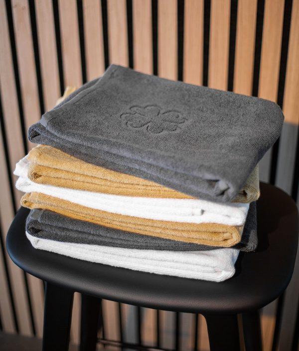 Badehåndklæder finehome Organic Hearts Alba Design grå hvid og sand