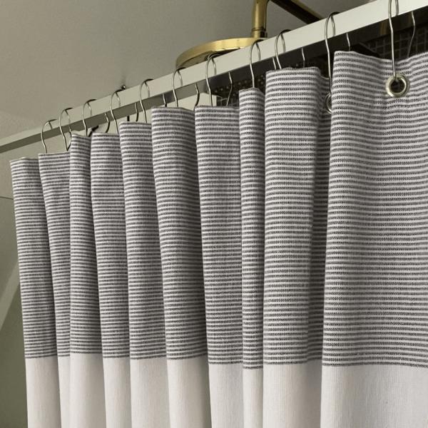 Badeforhæng i stof med flotte hangers i metal