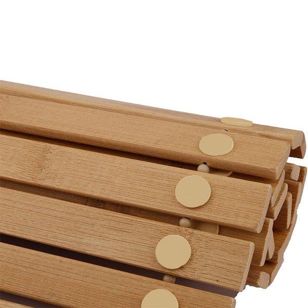 Dupper på badeværelsesmåtten i bambus sikrer en skridsikker måtte